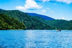Riflessione della barca nei laghi Plitvice in Croazia Immagine Stock Libera da Diritti