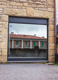 Riflessione della Camera in una finestra del negozio Immagine Stock Libera da Diritti