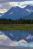 Riflessione della catena montuosa di Kenai nel lago tern Fotografia Stock Libera da Diritti
