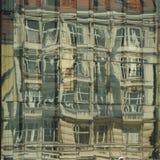 Riflessione della città nelle finestre di un vetro di costruzione Di arti Fotografie Stock Libere da Diritti