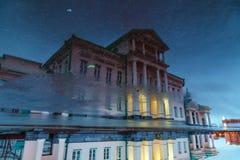 Riflessione della costruzione antica degli elementi architettonici in acqua Fotografia Stock