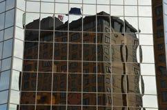 Riflessione della costruzione distorta dalle finestre di vetro Fotografia Stock
