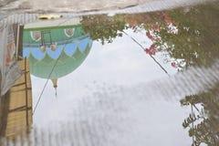 Riflessione della cupola della moschea nello stagno dopo pioggia persistente fotografia stock libera da diritti