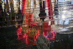 Riflessione della decorazione del ` s del nuovo anno a Belgrado, via di Knez Mihailova, Serbia fotografia stock libera da diritti