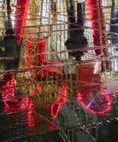 Riflessione della decorazione del ` s del nuovo anno a Belgrado, via di Knez Mihailova, Serbia fotografie stock