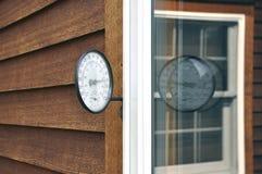Riflessione della finestra del termometro Fotografie Stock