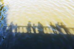 Riflessione della gente sull'acqua Fotografia Stock