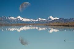 Riflessione della luna, del cuoco di Mt. & del lago Pukaki Immagine Stock