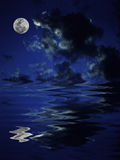 Riflessione della luna piena in acqua Immagine Stock