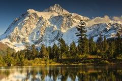 Riflessione della montagna Immagini Stock