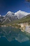 Riflessione della montagna della neve del drago della giada Fotografia Stock Libera da Diritti