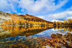 Riflessione della montagna di caduta con i cieli blu, Columbia Britannica, Canada immagini stock libere da diritti