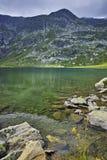 Riflessione della montagna di Rila nel lago gemellato Fotografia Stock