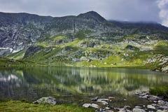 Riflessione della montagna di Rila nel lago gemellato Fotografie Stock