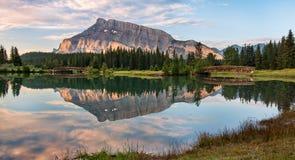 Riflessione della montagna di Rundle Immagini Stock
