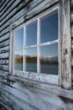 Riflessione della montagna in finestra, Fotografia Stock
