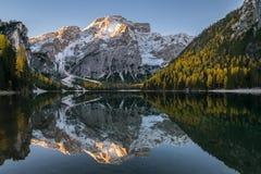 Riflessione della montagna in lago Immagine Stock Libera da Diritti
