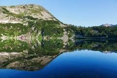 Riflessione della montagna su acqua, immagine di specchio delle montagne in acqua immagini stock