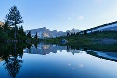 Riflessione della montagna su acqua, immagine di specchio delle montagne in acqua Immagini Stock Libere da Diritti