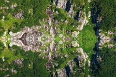 Riflessione della montagna su acqua, immagine di specchio delle montagne in acqua fotografia stock libera da diritti