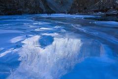 Riflessione della montagna sul fiume congelato di Zanskar immagini stock libere da diritti