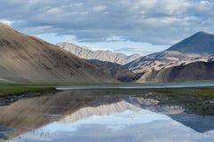 Riflessione della montagna sul lago Fotografia Stock Libera da Diritti