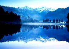 Riflessione della montagna sul lago Immagine Stock