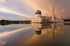 Riflessione della moschea di Kota Kinabalu al tramonto Fotografia Stock