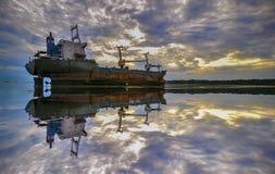 Riflessione della nave rotta alla spiaggia bintan di batam fotografia stock libera da diritti