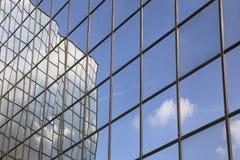 Riflessione della nube e del cielo blu immagine stock