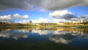 Riflessione della nube nel lago archivi video