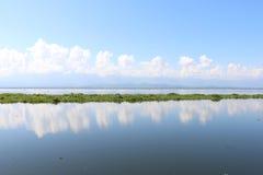 Riflessione della nuvola del paesaggio del lago fotografia stock libera da diritti