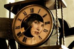 Riflessione della ragazza nell'orologio Fotografie Stock Libere da Diritti