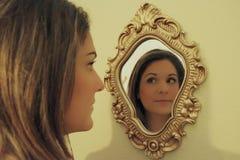 Riflessione della ragazza in specchio Fotografia Stock