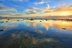 Riflessione della terra e di cielo Cielo di mattina riflesso nell'oceano Fotografia Stock