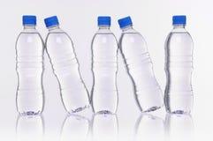Riflessione delle bottiglie di acqua Immagine Stock