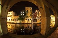 Riflessione delle Camere nella vena del canale Chioggia, Venezia, Italia immagine stock libera da diritti