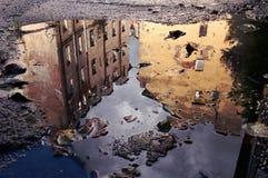 Riflessione delle case nello stagno della pioggia St Petersburg Russia Immagine Stock Libera da Diritti