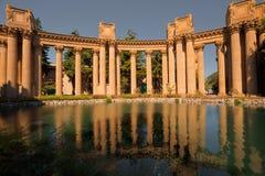 Riflessione delle colonne di arti del palazzo Immagine Stock