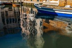 Riflessione delle costruzioni in acqua a Venezia Immagini Stock Libere da Diritti