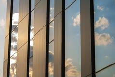 Riflessione delle finestre di vetro degli azzurri della costruzione Immagini Stock