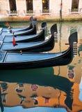 Riflessione delle gondole nell'acqua a Venezia Immagine Stock