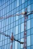 riflessione delle gru di costruzione Fotografia Stock