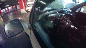 Riflessione delle luci di posizione di un'automobile in parabrezza dell'automobile stock footage