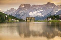 Riflessione delle montagne delle dolomia in lago Misurina immagini stock