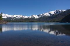 Riflessione delle montagne innevate nel lago Fotografie Stock Libere da Diritti