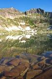 Riflessione delle montagne nel lago Fotografia Stock Libera da Diritti