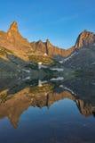 Riflessione delle montagne nel lago Fotografie Stock