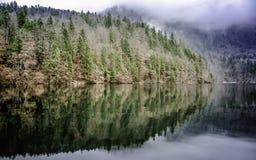 Riflessione delle montagne nel lago del ` s di re del lago Koenigssee Fotografia Stock