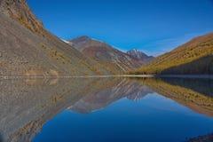 Riflessione delle montagne nel lago nella caduta in Altai Fotografia Stock Libera da Diritti